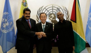 F372F9 epa04953725 President of Venezuela Nicolas Maduro (L), United Nations Secretary-General Ban Ki-moon (C) and President of Guyana David Arthur Granger shake hands before their tri-level meeting on the sidelines of the United Nations Sustainable Development Summit and on the eve of the General Debate of the UN General Assembly in New York, New York, USA, 27 September 2015.  EPA/JASON SZENES