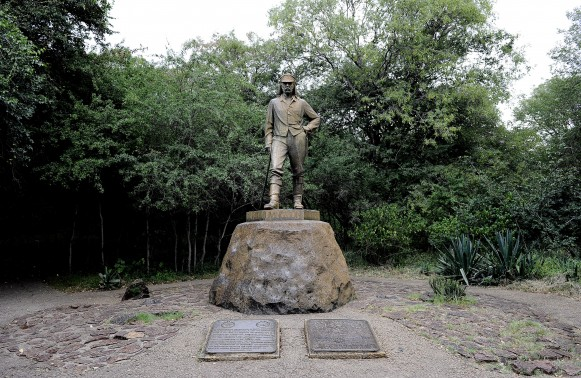 This picture taken on April 1, 2011 shows the statue of explorator David Livingstone in Victoria Falls, Zimbabwe.  Zimbabwe's tourism earnings jumped 47 percent last year to $770 million, as the number of visitors rose 15 percent to 2.3 million nationally, with Victoria Falls the country's biggest attraction, according to the tourism ministry. AFP PHOTO / STEPHANE DE SAKUTIN
